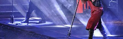 La lumière des spots situés en dessous de la scène passent au travers des grilles